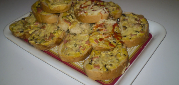 topli sendviči sa salamom, sirom i kiselim krastavcima